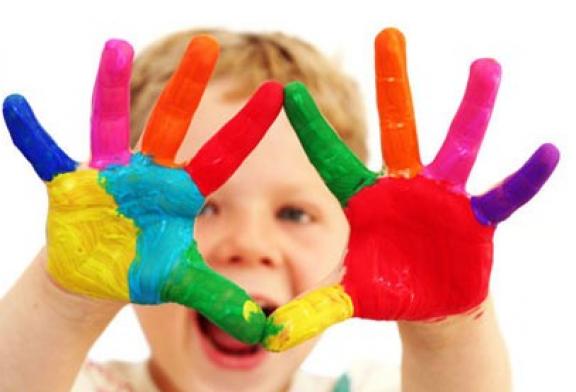 افزایش مهارت کودکان شیرخوار با انجام کاردستی در مهد جاویدان